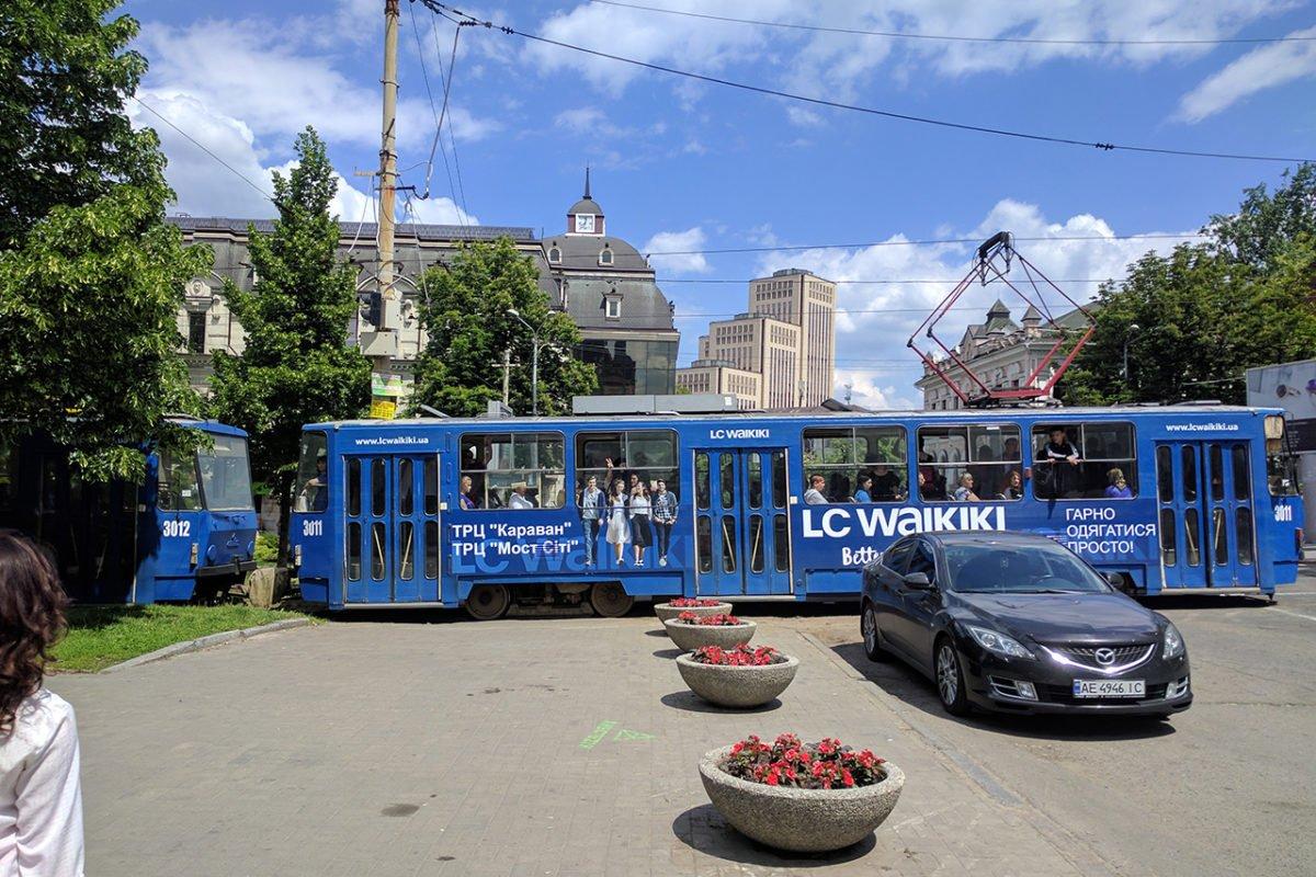 reklama na transporte revolt tramvay vaykiki dnepr1