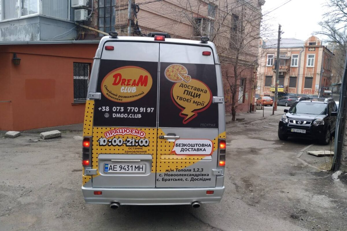 okleyka korporativnogo transporta reklama na transporte brendirovaniye avto revolt dnepr 3