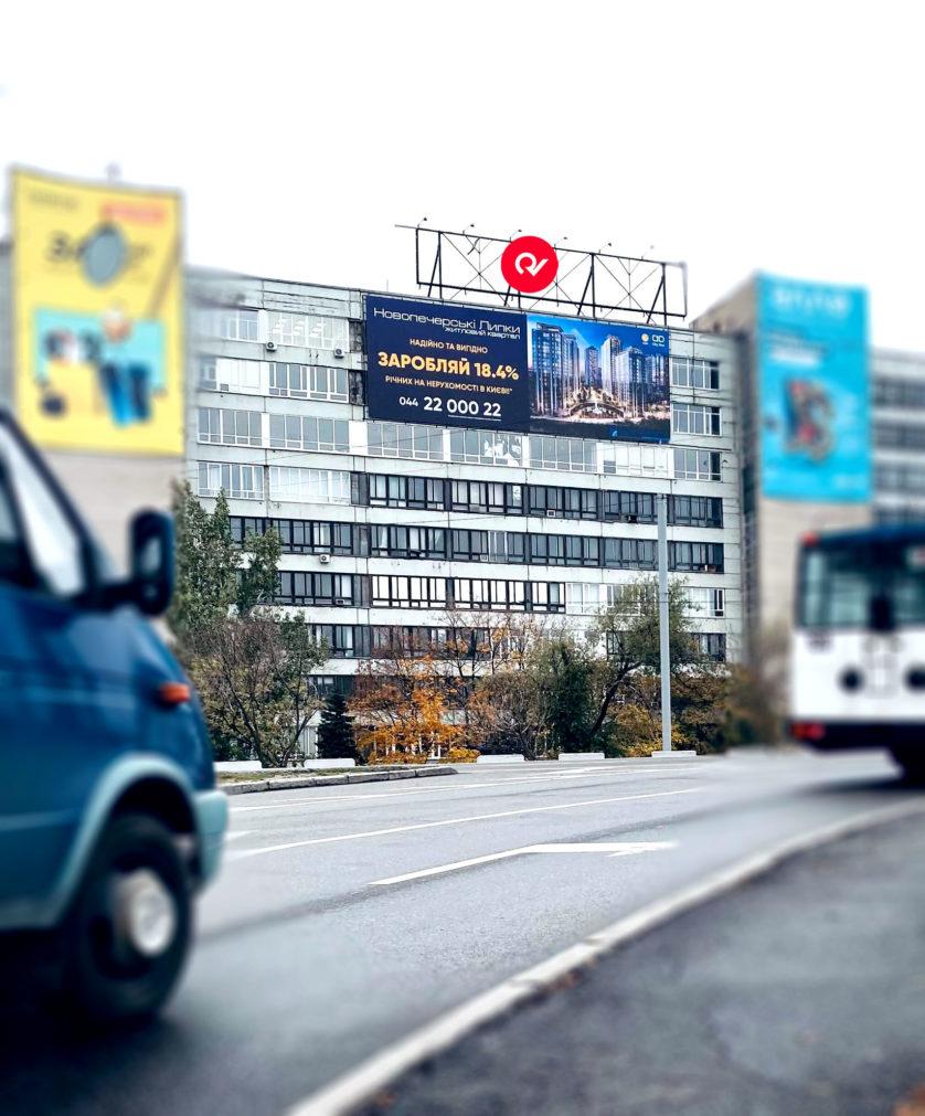 "Реклама ЖК ""Новопечерские Липки"" на баннере"