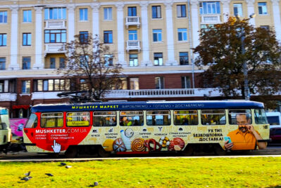 Реклама на трамвае для компании Мушкетер